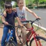 Bisiklet almak için su satan çocukların hayalini gerçekleştirdiler