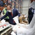Bakan Varank'tan hijyen paketi hazırlayan işçilere moral ziyareti