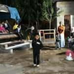 Deprem sırasında kilitlenen kapıyı kırarak çocukları kurtardı