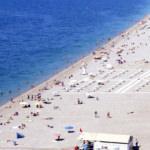 Konyaaltı Plajı'nda serin deniz sosyal mesafeyi unutturdu