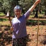 Kadın çiftçi 2 metrelik yılanla poz verdi!