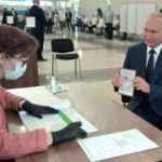 Referandum için sandık başına giden Putin'den dikkat çeken poz
