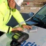 Araç kullanırken telefonla konuşan polis cezayı yedi