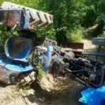 Tarlaya giderken devrilen traktörün altında kaldı!