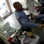 İş yeri sahibinin sopalarla dövülme anı kamerada!