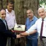 4117'nci yaşına giren porsuk ağacı için doğum günü pastası kestiler