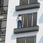 8. katta boya kovası üzerinde çalışan işçi!