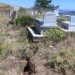 Çalışma yapılan yolda toprak yarıldı, mezarlar zarar gördü