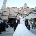 Almanya'dan gelip Ayasofya Camisi'ni gelinlik ve damatlıkla ziyaret ettiler