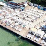 Adalar'da 'sosyal mesafe paravanlı' plaj