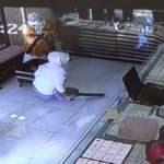 Film gibi olay: Kuyumcu karı-koca, hırsızları etkisiz hale getirdi!