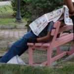 Ölüm yaşlı adamı gazete okuduğu bankta yakaladı