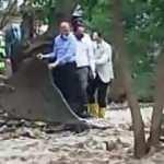 Bakanlar, sel felaketinde mahsur kalanların yanına kepçe ile ulaştı