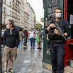 Paris'te korkutan devriye: Otomatik silahla nöbet