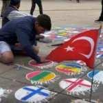 Ülke bayraklarını yere çizen sanatçı Türk bayrağını asmayı tercih etti