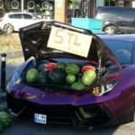 Beyoğlu'nda lüks otomobilde 5 liraya karpuz sattı