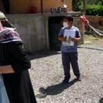 Fedakar öğretmen elinde tahtası kapı kapı dolaşarak eğitim veriyor