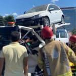 Pendik'te zincirleme kaza: Sıkışan kamyonet sürücüsünü itfaiye kurtardı