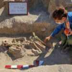 Van'da takılarıyla gömülmüş Urartulu kadın mezarı ortaya çıkarıldı