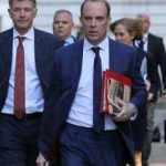 İngiltere Dışişleri Bakanı'nın yakın koruması silahını uçakta unuttu