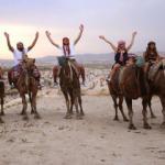 Kapadokya'nın masalsı manzarası eşliğinde deve safari