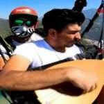 Yamaç paraşütüyle uçarken bağlamasıyla Neşet Ertaş'ın türküsünü söyledi