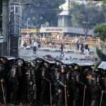 Ülke karıştı! Sokaklar savaş alanına döndü, 400 kişi tutuklandı...