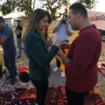 Yamaç paraşütünden inen kız arkadaşına evlilik teklifinde bulundu