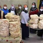 Kadınlar cami yaptırabilmek için yufka satıyor, tuğla taşıyor