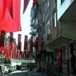 Şehit Esma Çevik'in babaevine asılan bayrak yere atılmıştı: Tüm mahalle bayrakla donatıldı