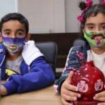 Konteyner kentteki depremzede yetim kardeşlerden İzmir'e anlamlı yardım