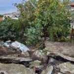 Okul bahçesinin istinat duvarı çöktü