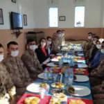 Batman Valisi Şahin'in eşinden askerlere anne yemeği ikramı
