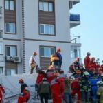İzmir'deki depremde yaralanan 21 kişinin tedavisi sürüyor