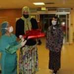 Kadın kıyafetleri giyen damat baklava dağıttı