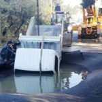 Bodrum'da su hattı patladı! Yoldan geçen kamyonet asfaltın içine düştü!