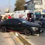 Kazada savrulan otomobil kaldırımdaki yayaya çarptı