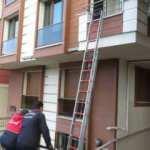 2 yaşındaki çocuk annesini balkona kilitledi