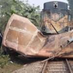 Tren otobüsü ezip geçti: 12 ölü, 5 yaralı