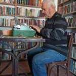 Evinin odasını 7 bin kitaplı kütüphaneye çevirdi