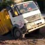 Gözlerine inanamadılar! Yol çöktü, kamyon içine düştü