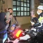 Kısıtlamayı ihlal eden ehliyetsiz sürücünün beddua ettiği polisin sabrı takdir topladı