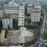 Kontrollü yıkımda binanın bir kısmı çöktü, yan binanın camları kırıldı