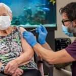 İsviçre'de ilk koronavirüs aşı 90 yaşındaki kadına yapıldı