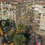 İzmir'de deprem öncesinde yan yatan binanın yıkım çalışmaları başladı