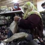 8 çocuklu kadın kendi atölyesinde çanta üretiyor