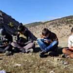 Bu köyde çocuklar uzaktan eğitim alabilmek için tepelere çıkıyor