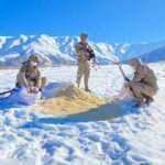 Elazığ'da jandarma ekipleri yaban hayvanlarına yem bıraktı