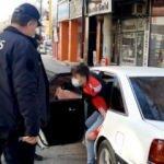 Bu görüntü polisi bile şaşırttı! Ehliyetsiz sürücü otomobiline 9 kişi sığdırdı