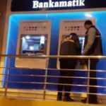 ATM cihazı kartını yutunca bankanın camını kırdı